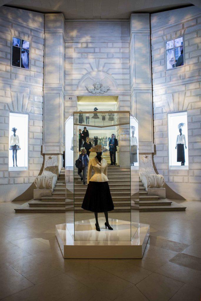 Subiektywny przewodnik po paryskiej wystawie Dior.