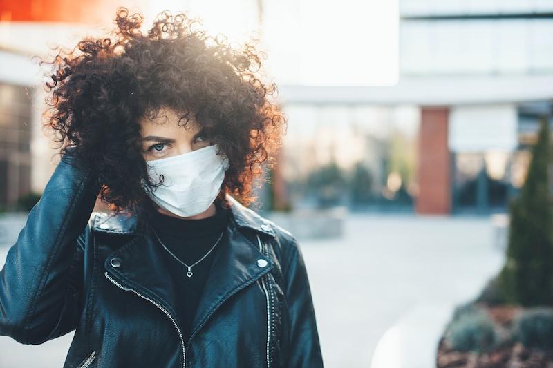 """Jak ograniczyć negatywne skutki noszenia maseczki?- walczymy z """"maskne"""""""