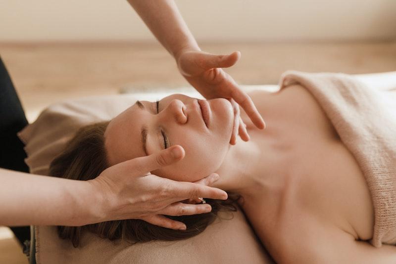 Relaksacyjny masaż twarzy krok po kroku. Jak go zrobić?